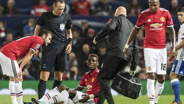 Paul Pogba sitzt verletzt am Boden und muss ausgewechselt werden