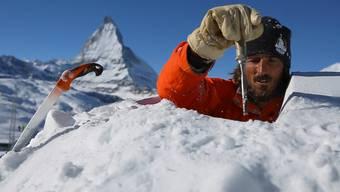 Mit Fräsen, Schneesägen und viel Körpereinsatz bauen zehn Spezialisten in Zermatt zurzeit das grösste Iglu der Welt.