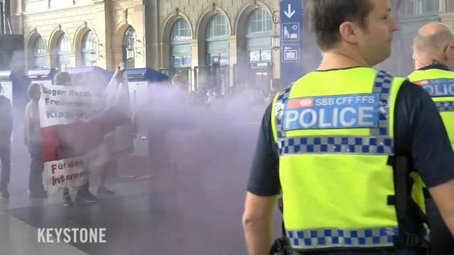 Demonstranten werfen Rauchbomben - Polizei reagiert mit Pfefferspray