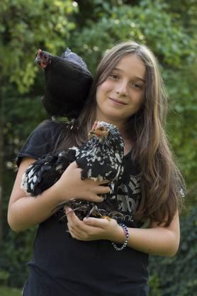 Hühner als Haustiere: Laura mit Lady auf der Schulter und Fiorina im Arm