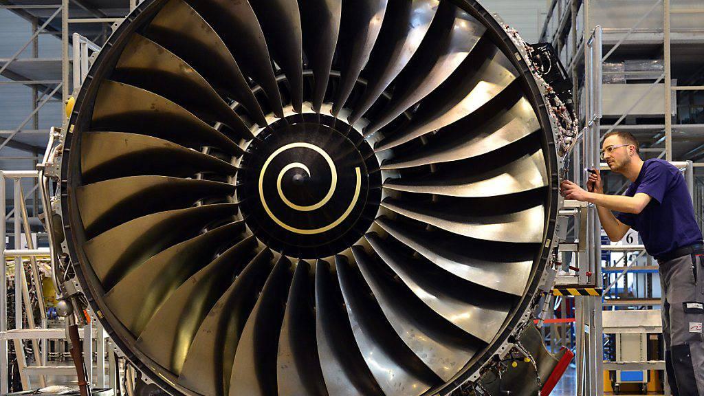Der Triebswerksbauer Rolls Royce hat den Einbruch des Luftverkehrs wegen der Coronakrise stark zu spüren bekommen. (Archivbild)