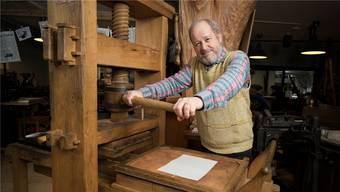 Bruno Altherr hat mit seiner historischen Buchdruckpresse im Zwingli-Film mitgespielt.