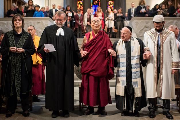 Der Grossmünster-Pfarrer Christoph Sigrist betet am 15. Oktober 2016 in seiner Kirche gemeinsam mit dem Dalai Lama, dem Rabbi Tovia Ben-Chorin und dem Imam Bilal Yildiz für mehr Frieden auf Erden.