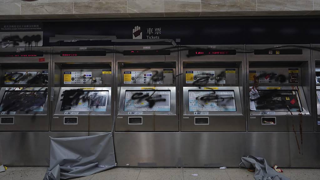In Hongkong ist der U-Bahn-Verkehr eingestellt worden - die Proteste hatten zu Beschädigungen an den Anlagen geführt.