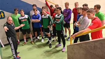 Trainer Hanspeter Arnold stimmt seine Mannschaft auf das letzte Training vor dem ersten NLB-Aufstiegsspiel gegen den HSC Kreuzlingen ein.
