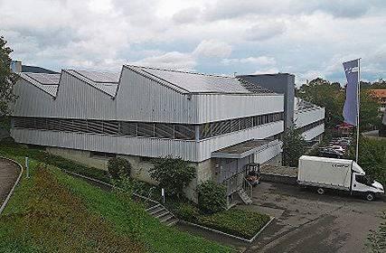 Auf dem Scheddach wird neuerdings Strom produziert.