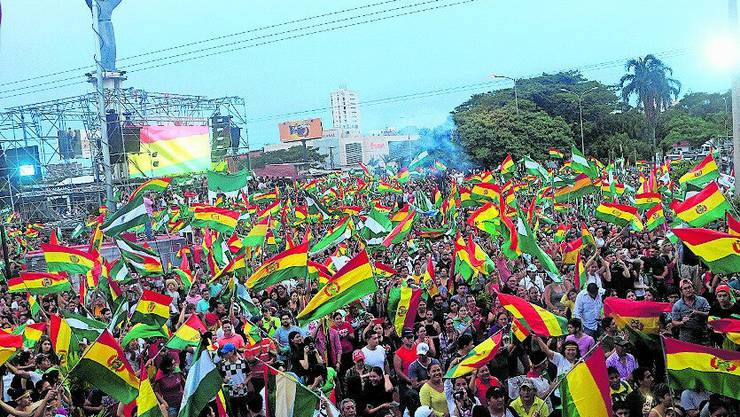 Tausende feiern in La Paz den Rücktritt ihres langjährigen Präsidenten Evo Morales.