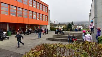 Beim Kleinwangner Schulhaus wird in den nächsten Jahren saniert. Angefangen wird mit der Turnhalle, später ist auch die Sanierung des Vorplatzes geplant.  (Archiv)