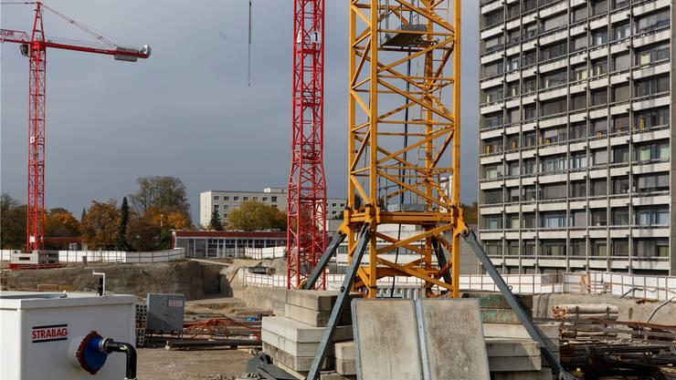 Der Aushub ist abgeschlossen. Jetzt wird in der Baugrube grundiert, armiert und betoniert. Bald werden erste Wände hochgezogen.