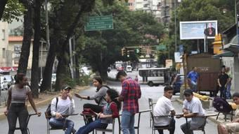 Studenten blockieren eine Strasse aus Protest gegen die Erhöhung der Studiengebühren in Caracas. (Archivbild)