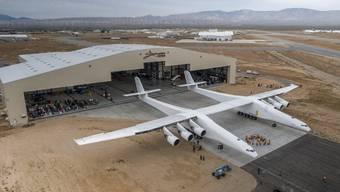 Das Monster-Flugzeug Stratolaunch in der Mojave-Wüste. Es soll dereinst auch Menschen ins All bringen.