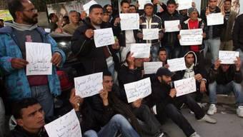 Arbeitslose Tunesier vor dem Hauptsitz der Phosphat-Firma Gafsa