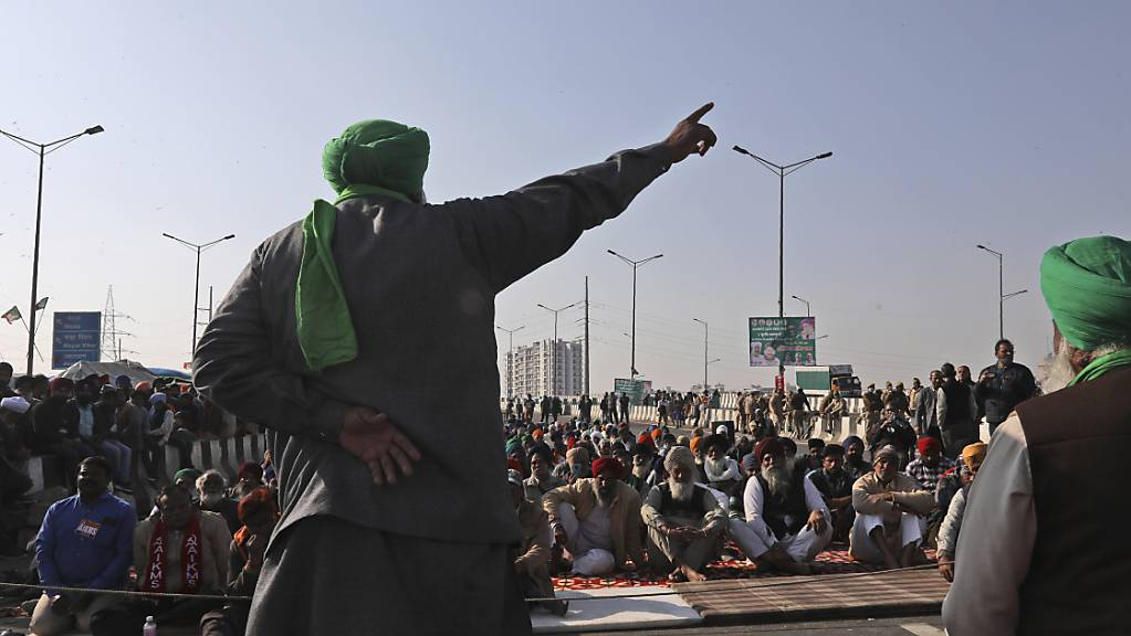 Protestierende Bauern kampieren auf einer Landstrasse an der Grenze zwischen Neu Delhi und Uttar Pradesh.