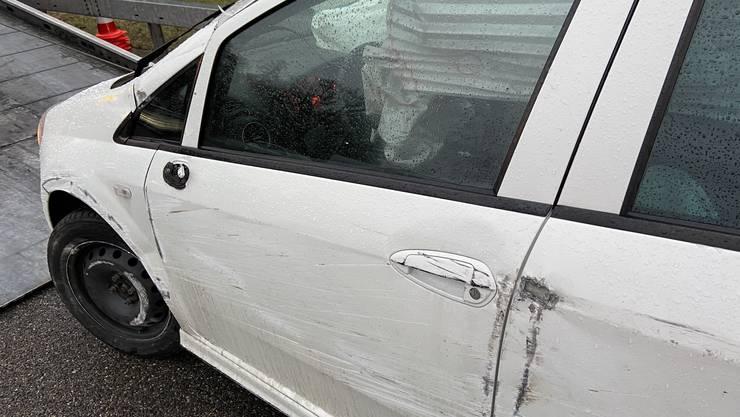 Der Schaden ist deutlich zu sehen: Dieses Auto kippte auf die Seite.