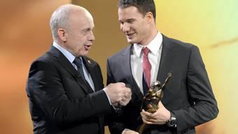 Bundesrat Ueli Maurer gratuliert Dario Cologna zur Auszeichnung Sportler des Jahres 2013.