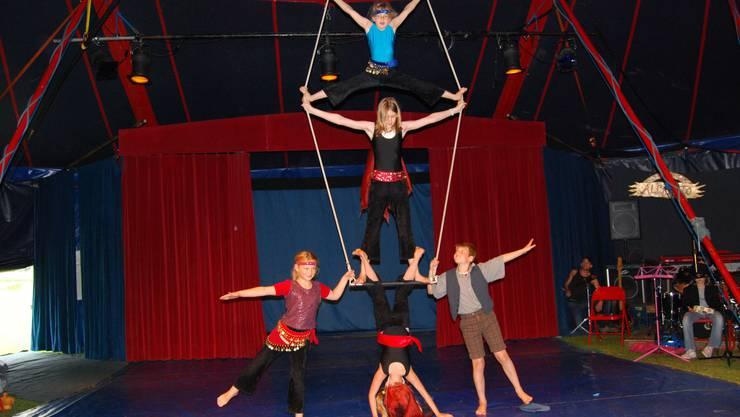 Kleine Artisten: Über 90 Schüler haben im Pipstrello eine Woche lang Zirkusluft geschnuppert. Heute treten sie endlich im Zirkuszelt auf. (Fotos: Deborah Balmer)