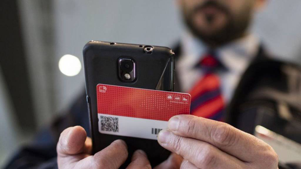 Ab August kontrolliert der Zugführer nur noch das E-Ticket. Das Halbtax kann in der Tasche bleiben. (Symbolbild)