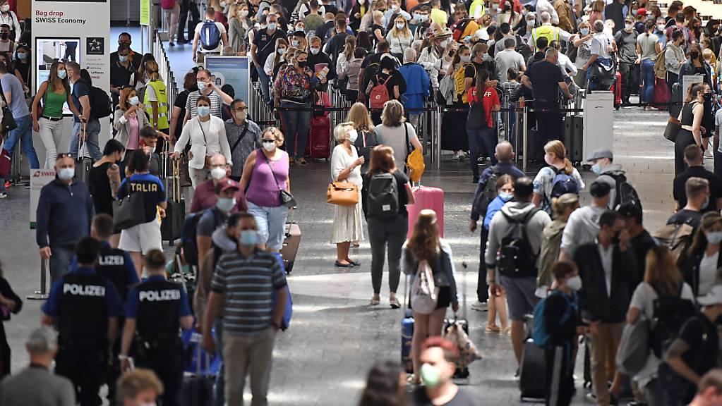 An den Sommerferien-Wochenende herrscht am Flughafen Zürich jeweils Hochbetrieb. Dieses Jahr werden allerdings jeweils nur rund halb so viel Passagiere erwartet wie vor der Corona-Pandemie. (Archivbild)