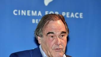 US-Regisseur Oliver Stone bei seiner Ansprache anlässlich der Preisverleihung der Stiftung Cinema For Peace in Berlin.