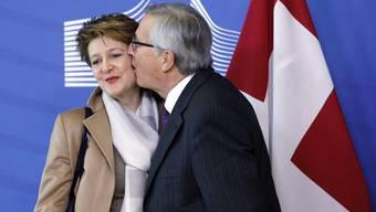 Der Kuss von EU-Präsident Jean-Claude Juncker: Bundespräsidentin Simonetta Sommaruga nahm ihn 2015 nur widerstrebend entgegen.