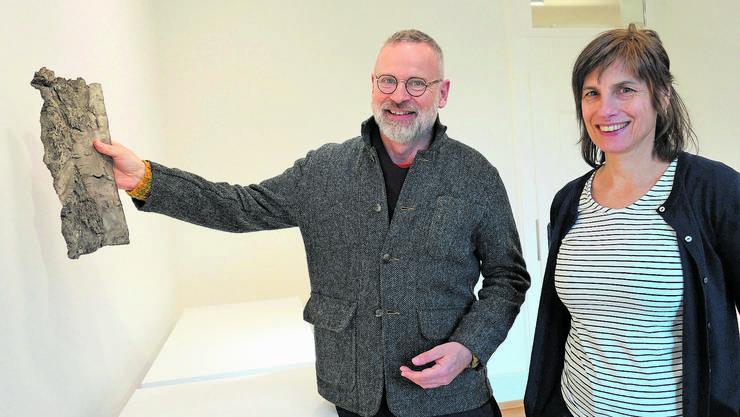 Kurator Rudolf Velhagen und die Künstlerin Ursula Palla gestalten die Ausstellung im Singisen-Forum.
