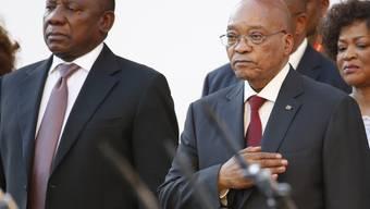 Präsident  Jacob Zuma (rechts)  und Vizepräsident Cyril Ramaphosa treffen zur Sitzung des südafrikanischen Parlaments ein.