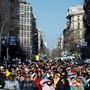 Menschen verfolgen in Barcelona auf Grossleinwand den Prozess gegen die zwölf angeklagten Separatisten. EPA/ENRIC FONTCUBERTA