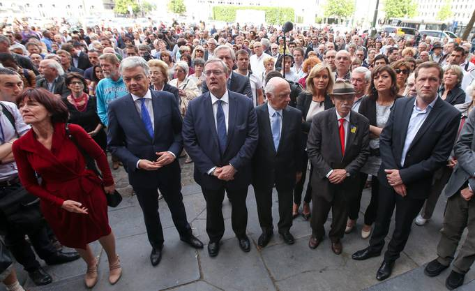 Belgische Politiker und Bürger in einer Schweigeminute vor dem Justizpalast in Brüssels.