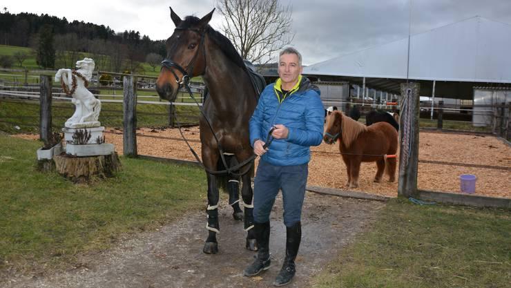 Fühlen sich wohl im Fondli: Der Reitlehrer Martin Richner mit seiner Arina.