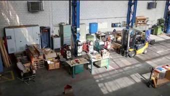 In der Halle 1 in Würenlingen befinden sich zahlreiche Maschinen sowie Zubehör, die Jakob Aeschlimann versteigern wird.  Hier der westliche Teil der Halle.