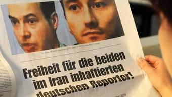 Eine Frau liest eine Zeitung, in welcher die Freilassung der beiden deutschen Journalisten gefordert wird (Archiv)