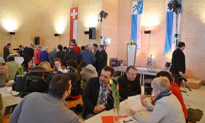 Guido Fluri im Gespräch mit einem Fernsehjournalisten, neben ihm Gemeindepräsident Marcel Allemann