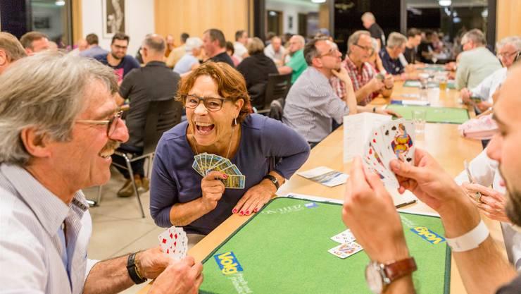 «Es ist schon ein Plauschturnier, oder?»: Die 56 Jasserinnen und Jasser hatten auf jeden Fall viel zu lachen, während sie einen Abend lang um den Einzug ins Finale jassten.