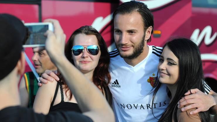 Basels Shkelzen Gashi posiert mit seinen Fans.