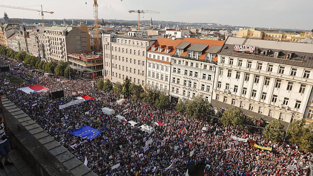 Zehntausende Menschen haben am Dienstag in Prag Proteste gegen Regierungschef Babis protestiert. Ihm wird vorgeworfen, als Unternehmer jahrelang unrechtmässig von EU-Subventionen profitiert zu haben.