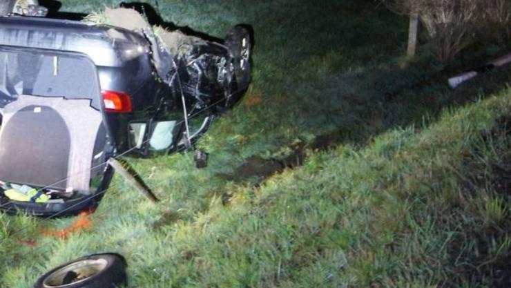 Eines der Unfallautos fuhr nach dem Zusammenstoss eine Böschung hinunter und blieb auf dem Dach liegen.