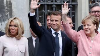 Das Ehepaar Macron mit Bundeskanzlerin Merkel vor dem Aachener Rathaus