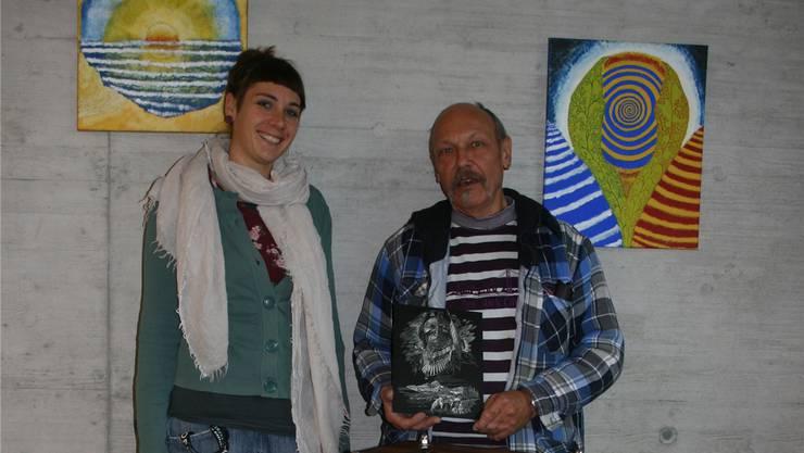 Berit Ducommun, Leiterin der Wohngemeinschaft Schmelzi, und Klient Luigi – mit seiner selbst hergestellten Tiffany-Laterne – geben einen Vorgeschmack auf die Ausstellung vom 3. Dezember.