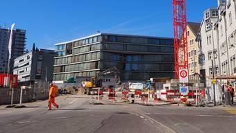 Jetzt werden die Arbeiten beim Baufeld Cordulaplatz (r.) in Angriff genommen. Wer zum «Falken» will (im Hintergrund), muss neu einen Umweg machen.