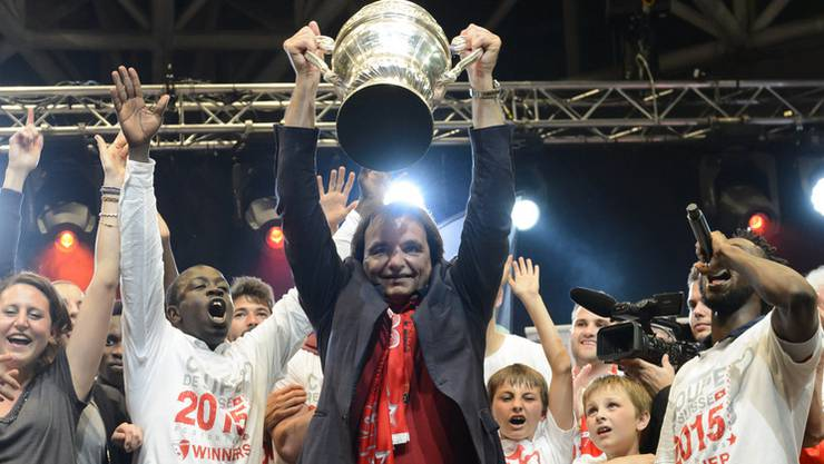 Christian Constantin mit dem Cup-Pokal.