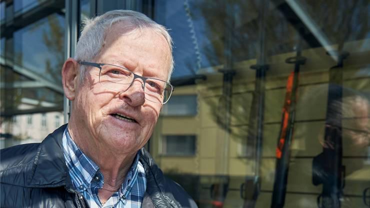 Der Sozialdemokrat Lothar Brünisholz vor einem Waffengeschäft an seinem Wohnort. Für ihn gehört das Schiessen genauso zur Schweiz wie das Schwingen.