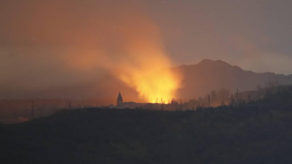 Rauch und Flammen steigen während der Kämpfe zwischen armenischen und aserbaidschanischen Streitkräften in Schuschi in den Himmel. Foto: