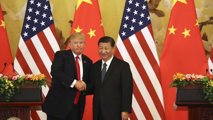 US-Präsident Donald Trump (links) will den Druck auf China weiter erhöhen. Der chinesische Präsident Xi Jinping lässt sich dadurch nicht einschüchtern. (Archivbild)