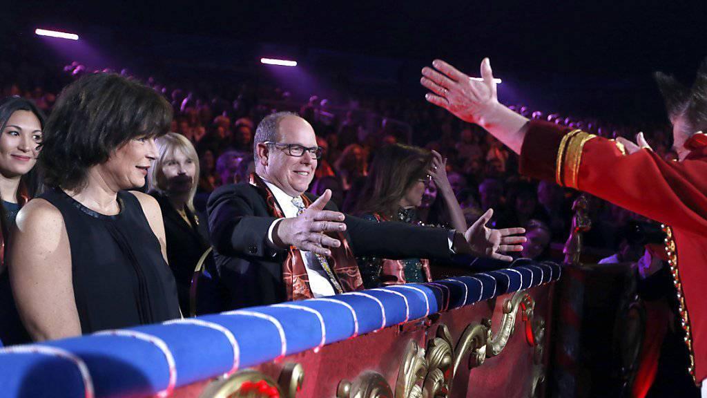 Fürst Albert (M) und Prinzessin Stéphanie (l) am Mittwoch bei der Gala des Zirkusfestivals von Monte Carlo. Danach wurde draussen eine Bronzeskulptur als Geschenk für Stéphanie enthüllt, geschaffen vom Schweizer Rolf Knie (Archiv).