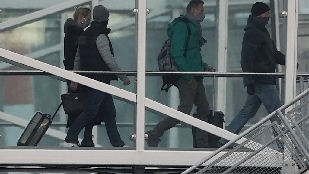 Kremlgegner Alexej Nawalny und seine Ehefrau Julia, die mit einem Flugzeug der Fluggesellschaft «Pobeda» zurück nach Moskau fliegen wollen, steigen ins Flugzeug. Foto: Michael Kappeler/dpa
