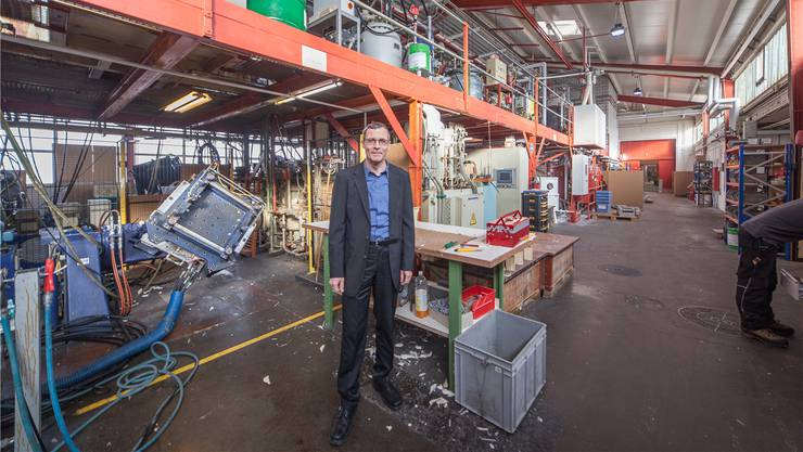 In der oberen Etage entsteht das Polyurethan-Gemisch, unten wird gepresst: Geschäftsführer Jürg Fischer (51) in der Produktionshalle.