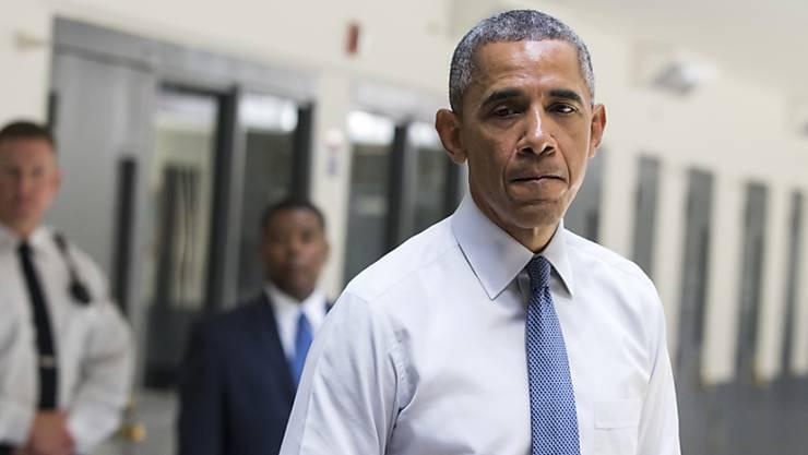 US-Präsident Barack Obama beim Besuch eines US-Gefängnis. Bei seinem Antritt versprach er, Guantanamo zu schliessen.