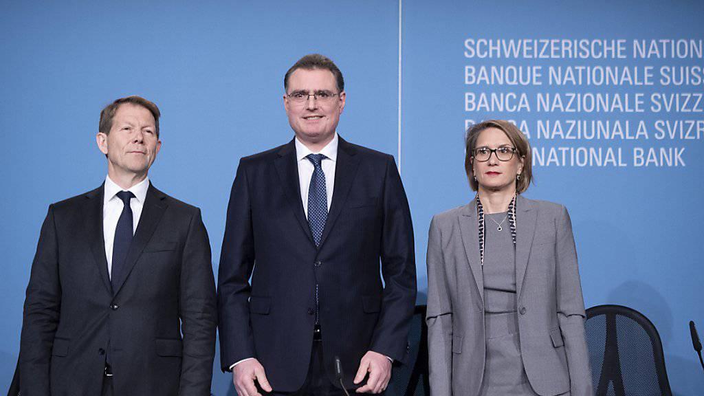 Das SNB-Direktorium warnt seit längerer Zeit vor möglichen Schäden durch die niedrigen Zinsen am Immobilienmarkt. SNB-Präsident Thomas Jordan (Bildmitte), Vizepräsident Fritz Zurbrügg (links) und Direktoriumsmitglied Andrea Mächler (rechts) haben die SNB-Politik Ende 2018 bekräftigt. (Archivbild)