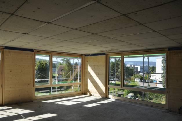 Die grossen Fenster bieten eine gute Aussicht, zum Beispiel auf die Sportanlage Brunewiis