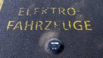 Anhänger von Verbrennungsmotoren argumentierten bisher oft, das E-Auto habe gar keine bessere Ökobilanz, weil die Herstellung seiner Batterien so schlecht für die Umwelt sei. Eine neue Studie widerlegt das. (Archivbild)